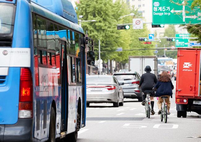 자전거 우선도로에서 자전거를 타는 시민들. 차량과 자전거가 한데 섞여 위태로워 보인다. [홍중식 기자]