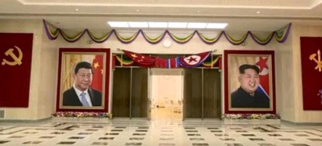 4월 17일 쑹타오(宋濤) 중국공산당 대외연락부장이 평양을 방문했을 때 북한 노동당 중앙위원회 청사 1층 로비 모습. 북한과 중국은 김일성-마오쩌둥 시대의 '혈맹 신화'를 연출하고 있다.
