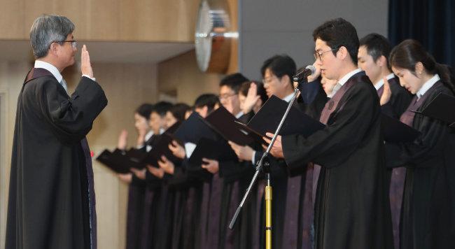 2017년 12월 1일 서울 서초구 대법원 대강당에서 열린 신임 법관 임용식에서 신임 법관들이 김명수 대법원장(왼쪽)  앞에서 선서하고 있다. [박영대 동아일보 기자]