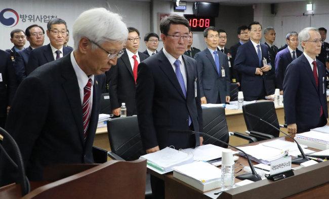 지난해 10월 13일 방위사업청에서 열린 국회 국정감사에서 업무보고를 한 전제국 방위사업청장(맨 왼쪽). [동아DB]