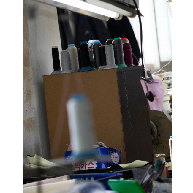 성수동 제화기술자들은 성수기에는 피로회복제에 의지해 하루 종일 일한다. [조영철 기자]