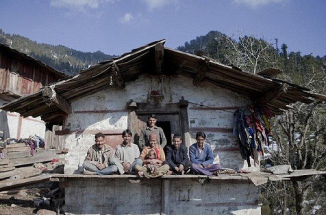 인도 북부 데란둔의 라조 베르마(가운데 여성)와 그녀의 남편들. 라조 베르마는 5명의 친형제와 결혼했다. [Cover Asia Press/Shariq Allaqaband]