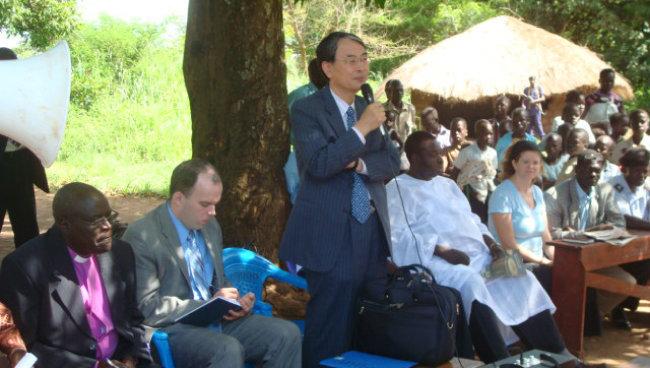 2010년 5월 30일 내전 피해가 큰 우간다 루코디 마을을 찾아 주민들과 대화했다.