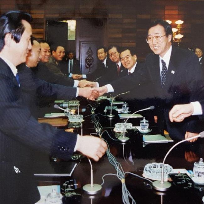 반기문 전 유엔 사무총장(맨 오른쪽)은 1991년 한반도 비핵화 공동선언 채택 당시 교섭단체 대표 중 한 명으로 참석해 북한 김영철 통일전선부장(왼쪽에서 네번째, 당시 소장) 등과 만났다. [반기문 제공]