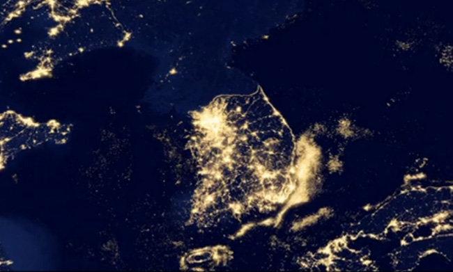NASA가 촬영한 한반도와 그 주변 지역 위성사진. 불빛이 찬란한 한국과 달리 북한은 불빛이 거의 보이지 않아 캄캄하다. [뉴시스]