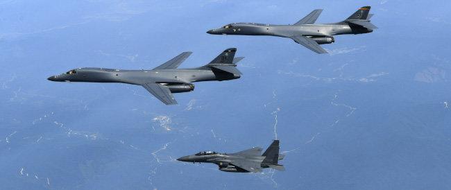 미국 공군의 초음속 전략폭격기 B-1B 2대가 2017년 6월 20일 한국 상공에서 한국 공군 F-15K 전투기와 함께 훈련하고 있다. [동아DB]