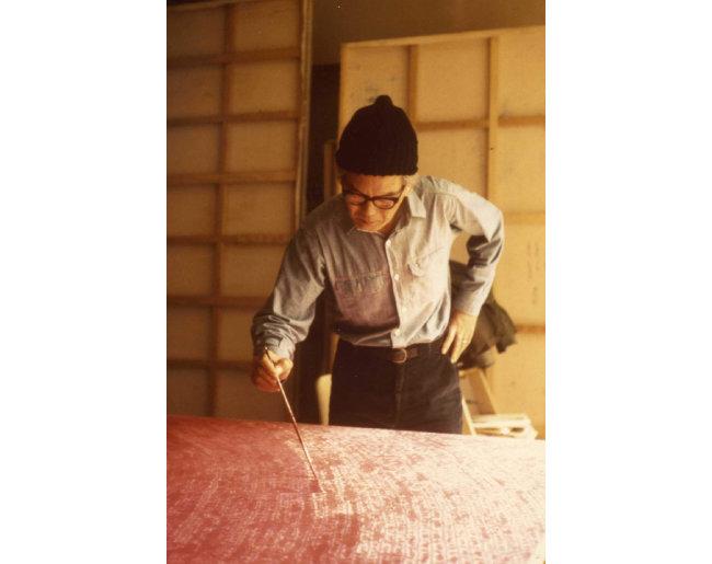 전면점화를 그리고 있는 김환기 화백의 생전 모습.