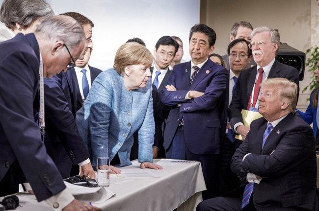G7 정상과 관료들이 6월 9일(현지시간) 캐나다 퀘벡 라말베에서 열린 G7 정상회의에서 대화하고 있다. 독일 정부가 공개한 이 사진은 회의 당시 도널드 트럼프 미국 대통령(맨 오른쪽 하단)과 다른 정상들 간 불편한 분위기를 고스란히 보여준다. [AP/뉴시스]