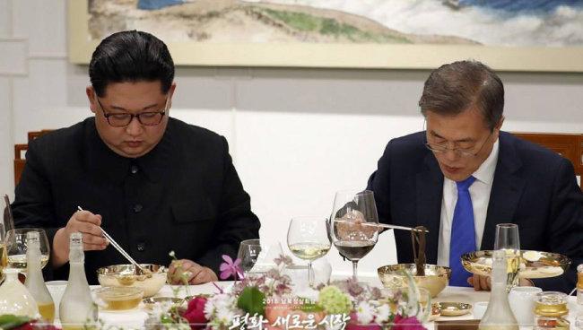 김정은 위원장이 4월 27일 남북 정상회담에서 진지한 표정으로 냉면을 들고 있다. [동아DB]