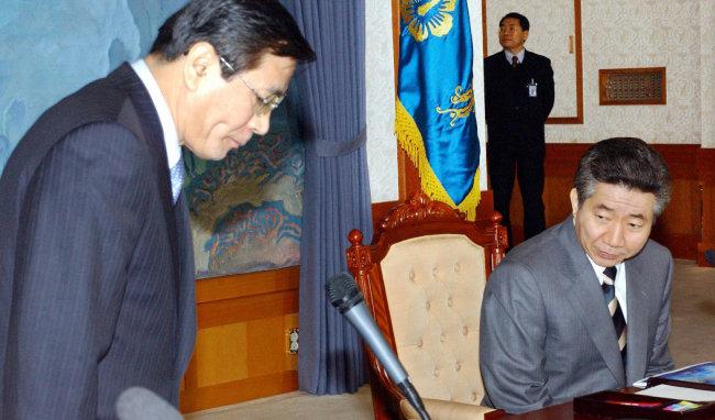 2004년 김대환 노동부 장관이 국무회의를 시작하기에 앞서 노무현 대통령에게 인사하고 있다. [동아DB]