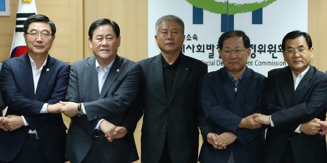 2015년 9월 노사정 합의안을 발표하고 있다. 맨 오른쪽이 김대환 당시 노사정위원장. [동아DB]