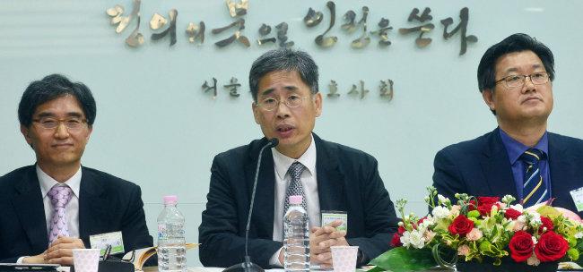 신평 교수(가운데)가 2013년 4월 서울 서초구 변호사회관에서 열린 '법조인 선발·양성제도 개선에 관한 심포지엄'에서 발언하고 있다. [뉴시스]
