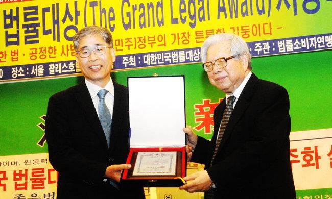 신평 교수는 2018년 시민단체 법률소비자연맹에서 제정한 대한민국법률대상을 수상했다. 신 교수의 대학 시절 은사인 김철수 서울대 명예교수(오른쪽)가 시상하고 있다.
