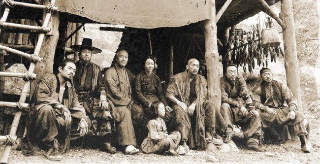 영화 '군도: 민란의 시대'는 조선 철종 13년을 배경으로 삼았다. 조선은 망국으로 가는 열차에 올라탄 형국이었다.