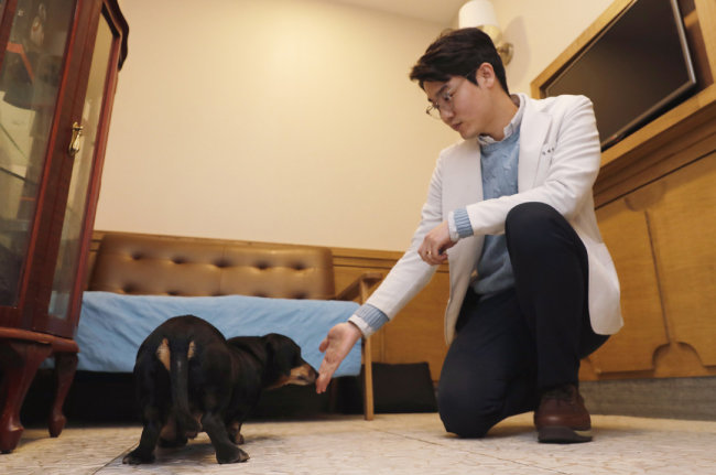 설채현 수의사가 '그녀의 동물병원'에 있는 진료실에서 문제행동을 보이는 강아지를 진료하고 있다. [박해윤 기자]