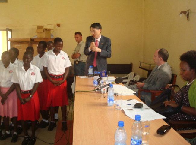 2010년 5월 내전 피해가 큰 우간다의 글루를 방문했다.