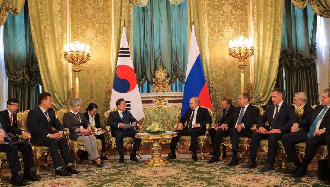6월 22일 러시아 모스크바 크렘린궁에서 열린 한·러 확대정상회담에 참석한 송영길 위원장(왼쪽에서 두 번째). [청와대 제공]
