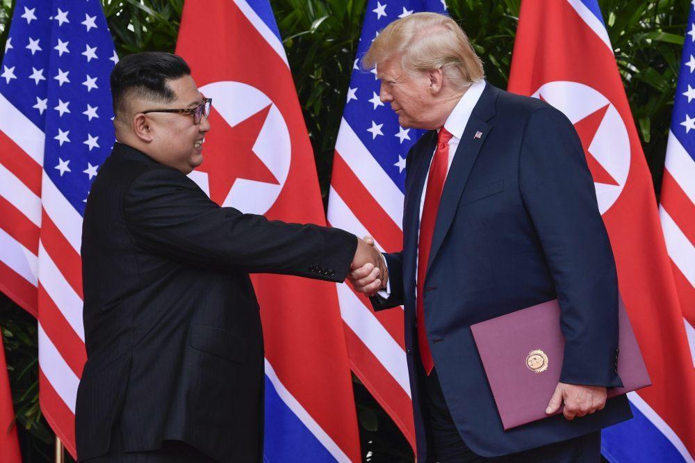 김정은 북한 국무위원장과 도널드 트럼프 미국 대통령이 6월 12일 싱가포르에서 정상회담을 가졌다.