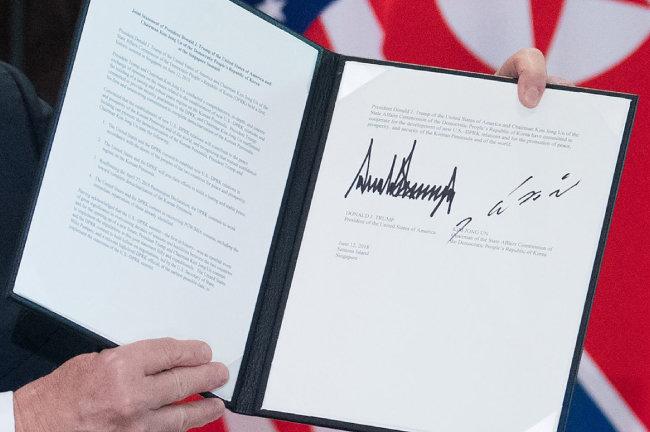 6·12 북·미 정상회담 합의문은 4·27 판문점 선언의 '완전한 비핵화'를 재확인하는 데 그쳤으며, 그것도 '노력'한다는 문구로 정리됐다.