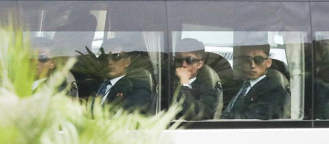 6월 12일 싱가포르에서 열린 북·미 정상회담에서 김정은 국무위원장을 경호하는 북한 경호부대원들이 버스에서 대기하고 있다. [동아DB]