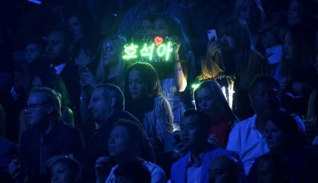 5월 20일 오후(현지시간) 미국 라스베이거스에서 열린 '빌보드 뮤직 어워즈 2018' 객석에서 방탄소년단 '호석'(멤버 제이홉의 본명) '방탄' 등 한글 응원 문구가 등장했다. [AP=뉴시스]