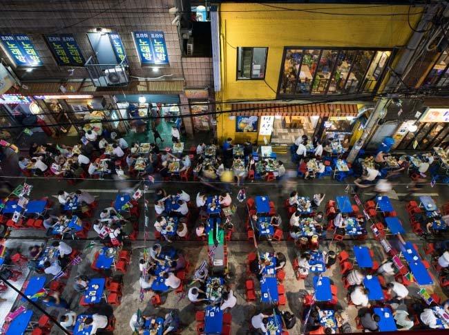 서울 중구 을지로빌딩 뒷골목의  간이 테이블을 가득 메운 직장인
