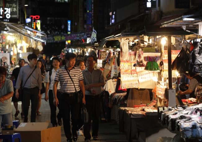 남대문시장의 밤은 낮이 질투할 만큼 사람들로 북적인다.