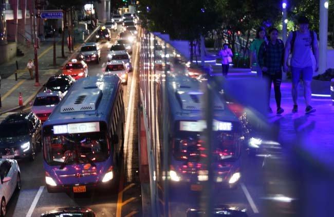 도시의 여름밤은 산책자를 유혹한다.