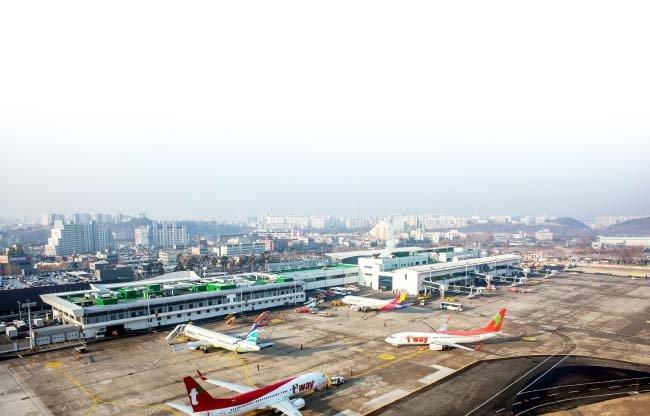 대구국제공항은 지난해 국제 노선이 늘면서 연간 이용객이 350만 명을 넘어섰다. [동아DB]