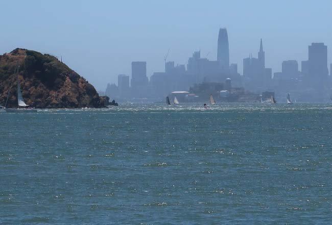 티뷰론 선착장에서 바라본 에인절 아일랜드(왼쪽) 풍경. 오른쪽 앨커트래즈섬 뒤로 샌프란시스코가 보인다.