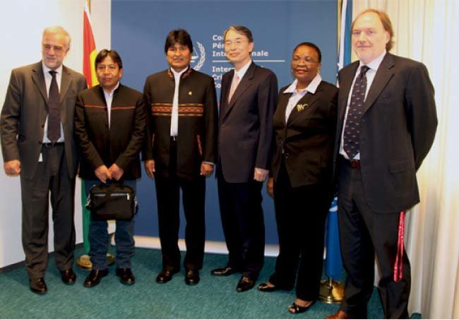 2012년 6월 12일 에보 모랄레스(왼쪽에서 세 번째) 볼리비아 대통령이 국제형사재판소를 방문했다.