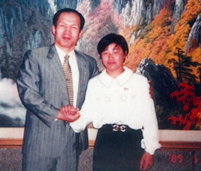 흑금성 박채서(왼쪽) 씨가 1996년 평양을 방문해 북한 '유도 영웅' 계순희 씨와 기념 촬영한 사진. [동아DB]