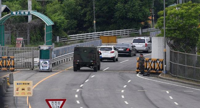 6월 8일 남북공동연락사무소 추진단 일행이 탄 차가 개성공단으로 향하고 있다.