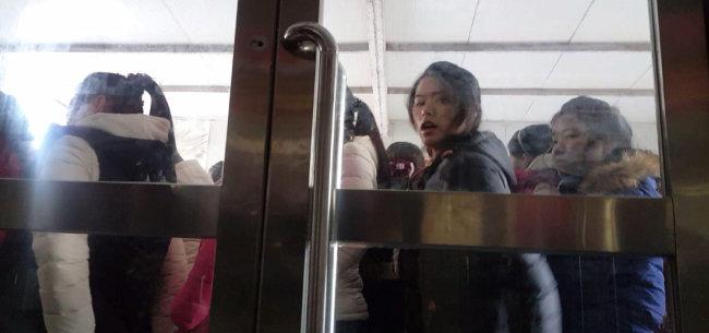 1월 9일 북·중 접경 지역인 랴오닝성 단둥시 해관(세관)에서 북한으로 돌아가기 위해 대기 중인 북한 여성 노동자들. [윤완준 동아일보 특파원]