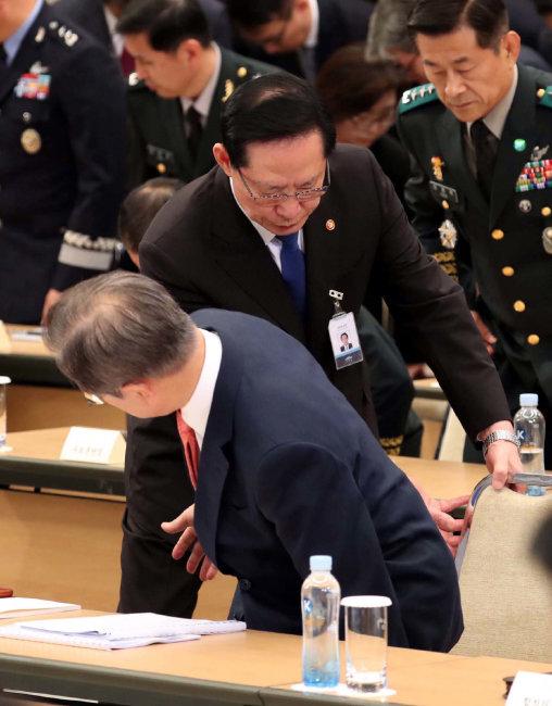 7월 28일 청와대에서 열린 전군주요지휘관회의에서 송영무 장관이 문재인 대통령이 자리에 앉을 수 있도록 의자를 빼주고 있다. [동아DB]