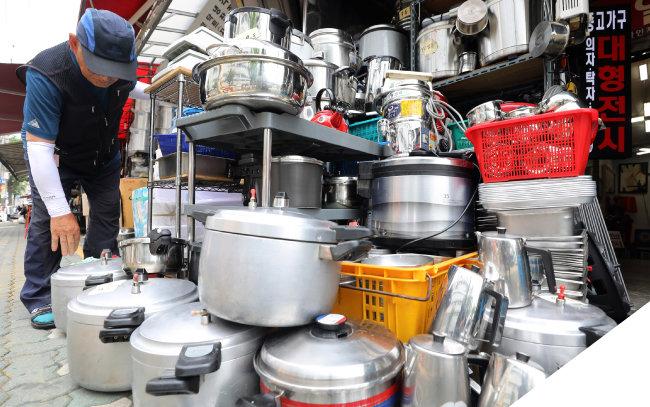 최저임금 인상과 내수침체로 소규모 자영업자 폐업이 급증하고 있다. 7월 25일 오후 서울 중구 황학동 주방용품 거리에서 상인들이 중고 주방물품을 정리하고 있다. [뉴스1]