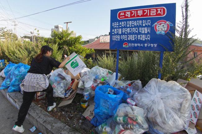 인천 을왕리해수욕장의 한켠. 단속 안내문이 붙어 있어도 쓰레기 무단 투기는 계속된다.