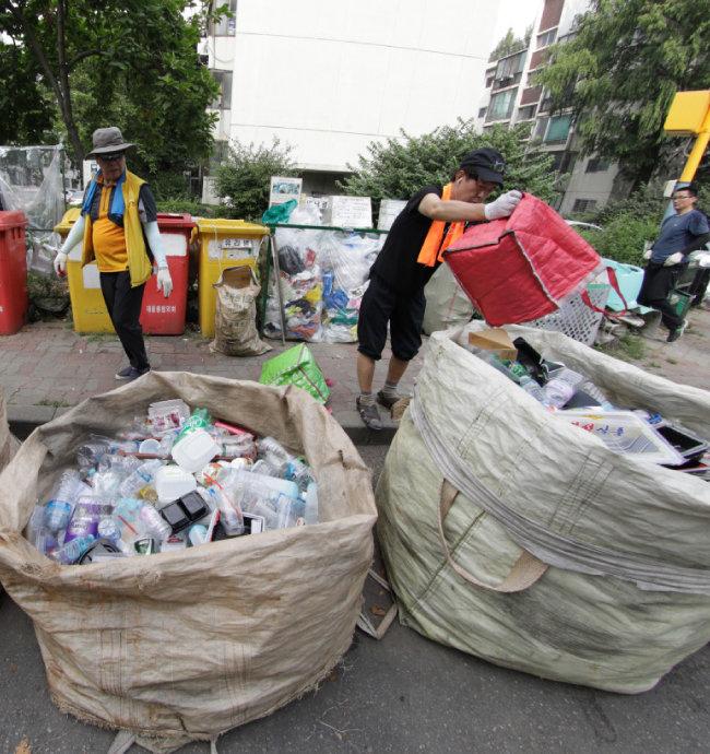아파트 재활용품 분리 수거.
