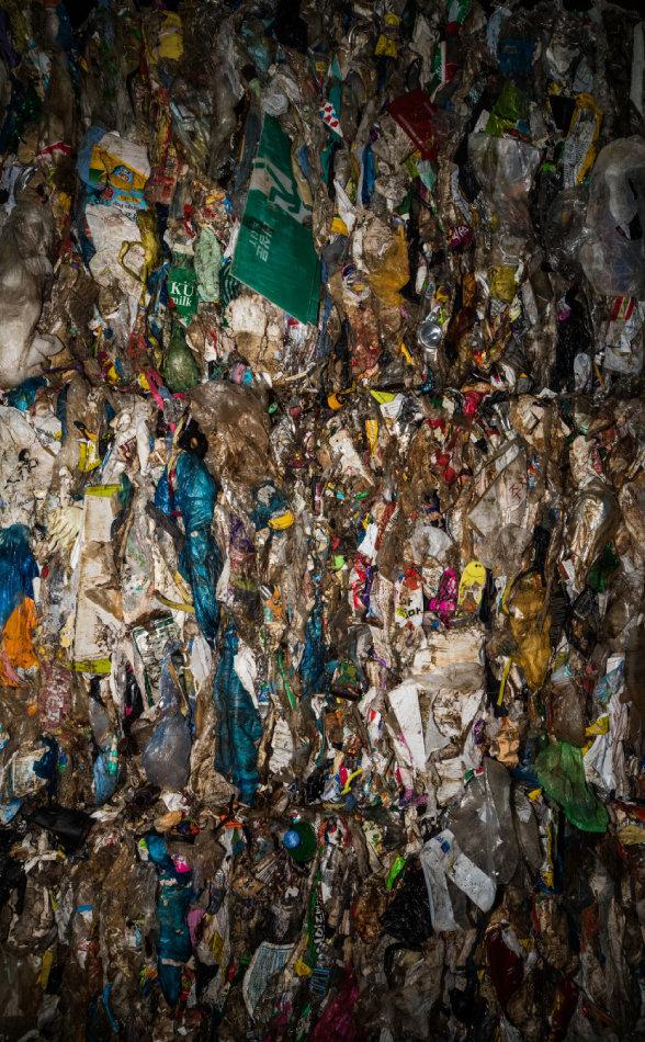선별을 마친 쓰레기는 압축돼 시멘트 회사의 고형 연료로 쓰인다. 압축된 쓰레기 중에도 재활용 자원은 많지만 완벽히 선별키가 어렵다. 가정에서 분리 배출을 제대로 하는 것이 자원 낭비를 막고 깨끗한 자연을 지키는 출발점이다.