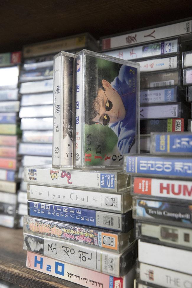 '뿌리서점'의 한 공간을 채운 1990년대 카세트테이프들.