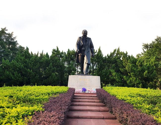 선전시 롄화산 공원의 덩샤오핑 동상. 개혁개방 40주년을 맞아 참배객들이 늘 넘쳐난다.