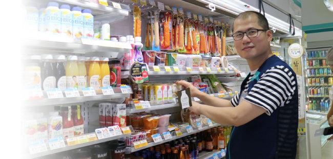 필자가 8월 6일 편의점 매대에 상품을 진열하고 있다.