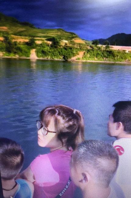 압록강에서 배를 타고 관광하는 중국인들.