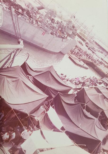 베트남을 빠져나온 교포와 피난민들이 해군 LST선 갑판에 천막을 치고 생활하고 있다. [십자성구출작전동지회 제공]