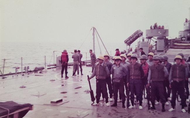 베트남에서 교민을 구한 십자성구출작전 참여 해군들. 참전유공자로 인정받지 못하고 있다. [십자성구출작전 동지회 제공]