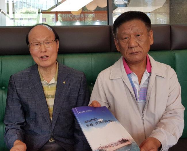 장성수 십자성구출작전동지회 사무총장(오른쪽)과 회원 지혁 씨.