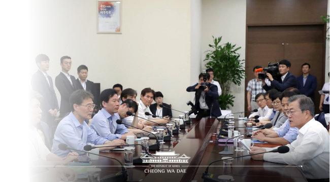 문재인 대통령이 8월 6일 청와대 여민관에서 열린 수석·보좌관 회의를 주재하고 있다. [사진=청와대]