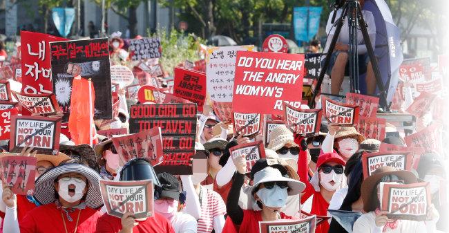 8월 4일 오후 서울 광화문광장에서 열린 '제4차 불법촬영 편파수사 규탄시위'에서 참가자들이 구호를 외치고 있다. 이들은 '몰카'라 불리는 불법 촬영 범죄의 피해자가 여성일 때에도 신속하게 수사하고 처벌할 것을 촉구했다. [뉴스1]