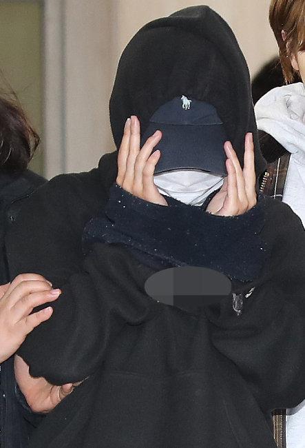 홍익대 남성 누드모델의 나체를 몰래 찍어 워마드에 유포한 뒤 증거를 인멸한 혐의를 받고 있는 여성 모델 안모(25) 씨가 5월 12일 오후 서울 마포구 마포경찰서에서 나와 영장실질심사를 받기 위해 서부지방법원으로 이송되고 있다. [뉴스1]