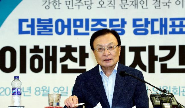 더불어민주당 당대표 후보로 나선 이해찬 의원이 8월 9일 오후 서울 여의도 국회 의원회관에서 기자간담회를 하고 있다. 이 의원은 1998~1999년 김대중 정부에서 교육부 장관을 지냈다. 당시 그가 추진한 입시 개혁 때문에 '이해찬 세대'라는 말이 생겼다. [뉴스1]
